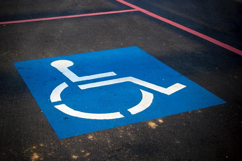 Accesibilidad. Imagen de plaza de parking reservada para conductores con discapacidad